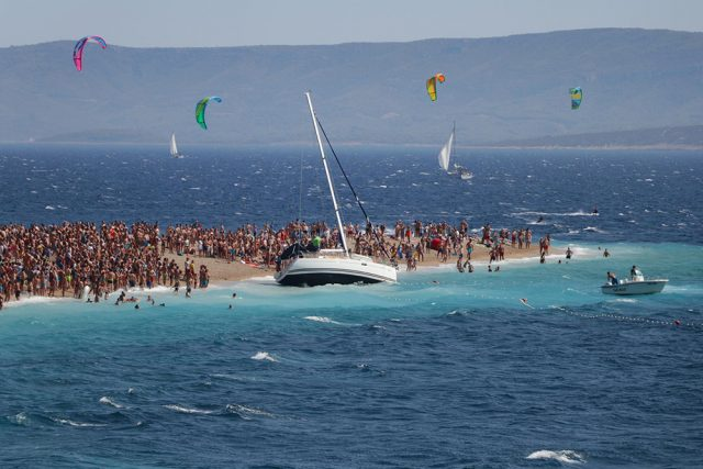 how to get to zlatni rat from dubrovnik